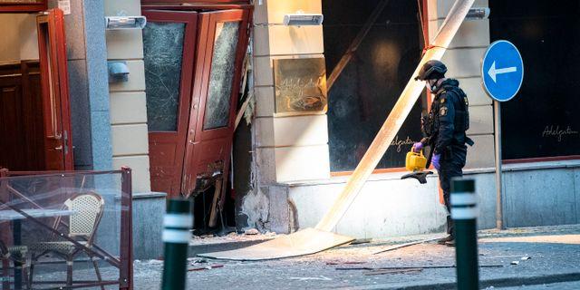 Bombteknikerna undersöker skadorna efter en explosion utanför en nattklubb på Adelgatan i centrala Malmö. Johan Nilsson/TT / TT NYHETSBYRÅN