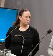 Den särskilde utredaren Maria Wetterstrand överlämnar utredningen till miljö- och klimatminister Isabella Lövin. Pontus Lundahl/TT / TT NYHETSBYRÅN