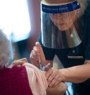 Äldre kvinna får covidvaccin/Arkivbild Fredrik Sandberg/TT / TT NYHETSBYRÅN