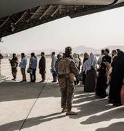 USA:s militär evakuerar människor på Kabuls flygplats.  Staff Sgt. Victor Mancilla/U.S. Marine Corps/ TT NYHETSBYRÅN