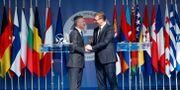 Jens Stoltenberg skakar hand med Serbiens president Aleksandar Vucic. DJORDJE KOJADINOVIC / TT NYHETSBYRÅN