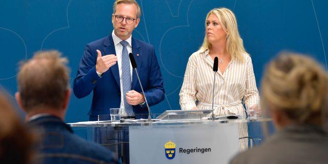 Damberg och Hallengren på presskonferensen Anders Wiklund/TT / TT NYHETSBYRÅN