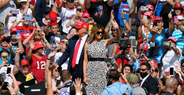 Donald och Melania Trump under gårdagens kampanjmöte i Tampa i Florida Chris O'Meara / TT NYHETSBYRÅN