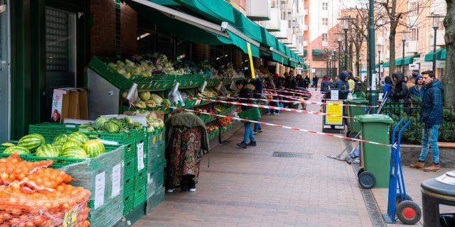 En frukthandlare i Oslo har satt upp begränsningar för att folk ska hålla avstånd. Thomas Brun / TT NYHETSBYRÅN