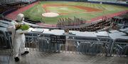En arbetare desinfekterar en idrottsstadion i Sydkoreas huvudstad Seoul. Lee Jin-man / TT NYHETSBYRÅN