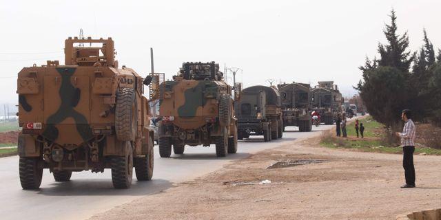 En turkisk militärkonvoj kör nära den syriska staden Kefraya, på samma motorväg som kopplar ihop den syriska provinsen Idlib med det turkiska gränsområdet Bab al-Hawa. AHMAD AL-ATRASH / TT NYHETSBYRÅN