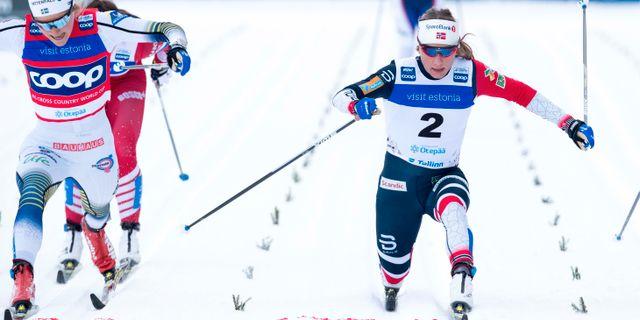 Stina Nilsson, till vänster, skadar sig i samband med målgång. Pedersen, Terje / TT NYHETSBYRÅN