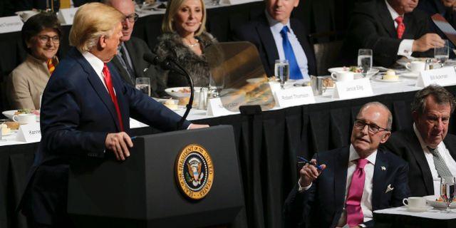 Kudlow (2:a från höger i bild) vid Trumps tal i New York på tisdagskvällen). Seth Wenig / TT NYHETSBYRÅN