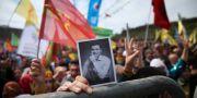 Någon håller en bild av Selahattin Demirtas vid en kurdisk festival i den turkiska staden Diyarbakir Lefteris Pitarakis / TT / NTB Scanpix