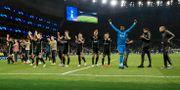 Ajax-spelarna firar efter slutsignalen. Mike Egerton / TT NYHETSBYRÅN