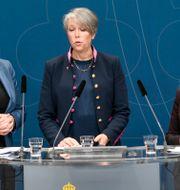 Miljö- och klimatminister Isabella Lövin (tv) och landsbygdsminister Jennie Nilsson (th) presenterar direktiv och utredaren Helena Jonsson (mitten) för en utredning med syfte att föreslå åtgärder och styrmedel för att stödja en utveckling mot ett fossiloberoende jordbruk. Ali Lorestani/TT / TT NYHETSBYRÅN