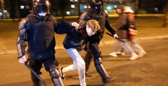 En man förs bort under demonstrationerna i Sankt Petersburg.  Dmitri Lovetsky / TT NYHETSBYRÅN