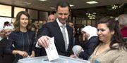 Syriens president Bashar al-Assad och hans fru Asma röstar. STR / SANA