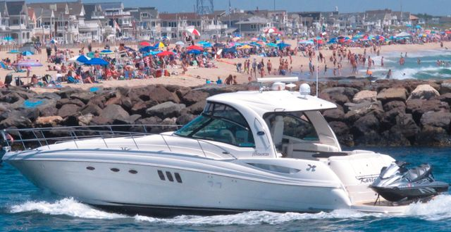 Fritidsbåt utanför New Jersey-strand i juni i år. Wayne Parry / TT NYHETSBYRÅN