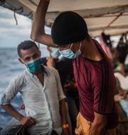 Människor ombord på fartyget Open Arms efter att ha räddats på Medelhavet förra veckan.  Santi Palacios / TT NYHETSBYRÅN