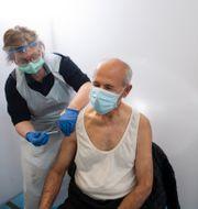 Vaccinationscentral i Rinkeby. 63-årige Mahmoud vaccineras.  Fredrik Sandberg/TT / TT NYHETSBYRÅN