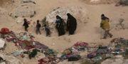 Kvinnor, barn och en skadad man lämnar det sista IS-fästet Baghuz. Maya Alleruzzo / TT NYHETSBYRÅN/ NTB Scanpix