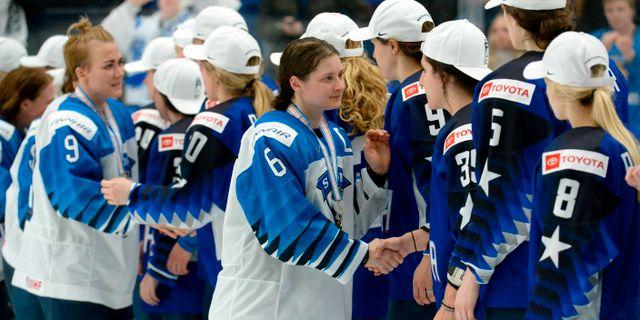 Jenni Hiirikoski tackar motståndarna.  Mikko Stig / TT NYHETSBYRÅN