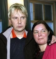 Matti Nykanen med sin dåvarande fru Mervi Tapola 2004 i domstolen då han dömdes för att ha knivhuggit henne.  VELI-MATTI PARKKINEN / TT NYHETSBYRÅN/ NTB Scanpix