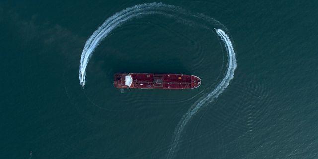 En iransk båt närmar sig Stena Impero.  Morteza Akhoondi / TT NYHETSBYRÅN/ NTB Scanpix