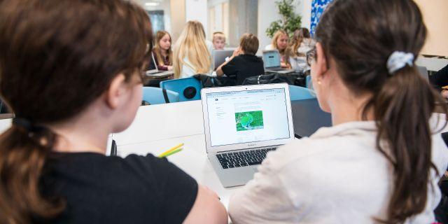 Två elever sitt med en dator i ett klassrum/arkivbil.d  Alexander Olivera/TT / TT NYHETSBYRÅN