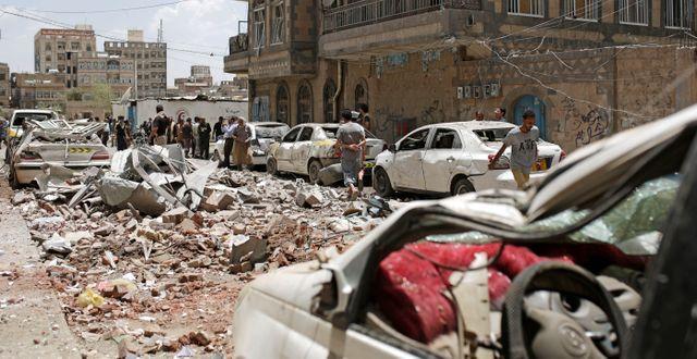 Illustrationsbild: Människor inspekterar platsen för ett luftangrepp genomfört av den saudiledda koalitionen i Sanaa, Jemen, 16 maj 2019.  Hani Mohammed / TT NYHETSBYRÅN