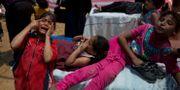 Palestinska barn som exponerats för tårgas får vård i ett sjukvårdstält, 14 maj. Dusan Vranic / TT / NTB Scanpix