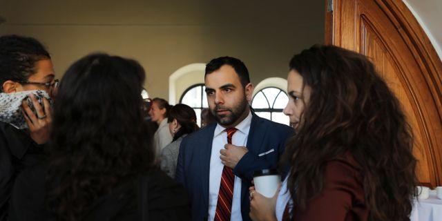 Omar Shakir talar i Jerusalem, strax innan avfärd.  AMMAR AWAD / TT NYHETSBYRÅN
