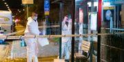 Polisens tekniker arbetar vid busshållplatsen. Johan Nilsson/TT / TT NYHETSBYRÅN