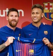 Neymar och Messi, i mitten arkivbild från 2017 TT