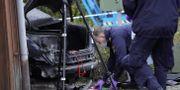 Polisens kriminaltekniker undersöker en bil. Johan Nilsson/TT / TT NYHETSBYRÅN