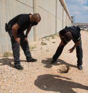 Israeliska poliser på plats utanför fängelset där rymningen inträffade. Sebastian Scheiner / TT NYHETSBYRÅN
