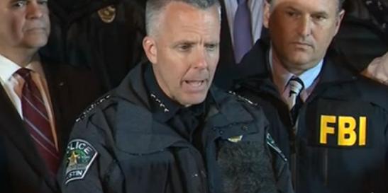 Polisen under presskonferensen.