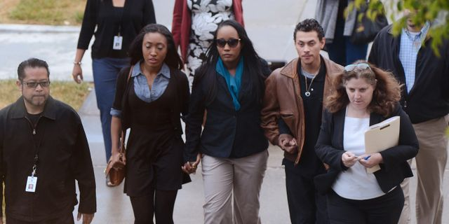 Ina Rogers (i mitten) på väg till rättegångsförhandlingarna. Robinson Kuntz / TT NYHETSBYRÅN