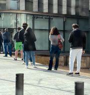 Kunder köar till banken i Beirut i Libanon när coronakrisen slagit till. Arkivbild från den 28 mars. Zeina Karam / TT NYHETSBYRÅN