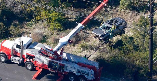 Tiger Woods bil lyfts bort från olycksplatsen Mark J. Terrill / TT NYHETSBYRÅN