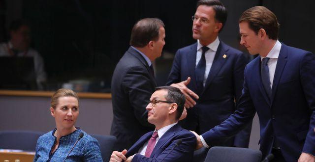 Stefan Löfven i samspråk med Nederländernas Mark Rutte på mötet.  Olivier Matthys / TT NYHETSBYRÅN
