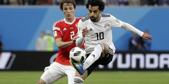 Rysslands Mario Fernandes i duell med Egyptens  Mohamed Salah. TT