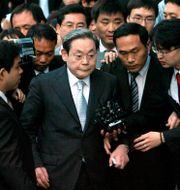 Arkivbild: Lee Kun-Hee i mitten av ett pressuppbåd, efter att han förhörts av specialåklagare på grund av anklagelser om korruption, 2008.  Kim Hyun-tae / TT NYHETSBYRÅN
