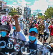 Protester i Rangoon mot att militären försöker begränsa tillgången till internet. Arkivbild maj 2021.  TT NYHETSBYRÅN