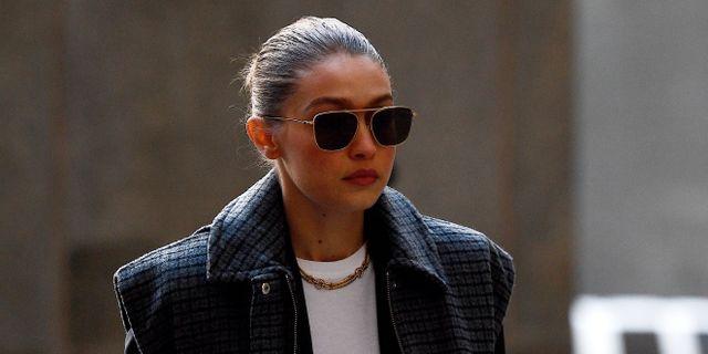 Gigi Hadid utanför rättssalen i New York. JOHANNES EISELE / AFP