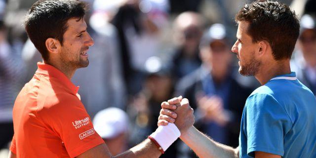 Djokovic och Thiem tackar för matchen. PHILIPPE LOPEZ / AFP
