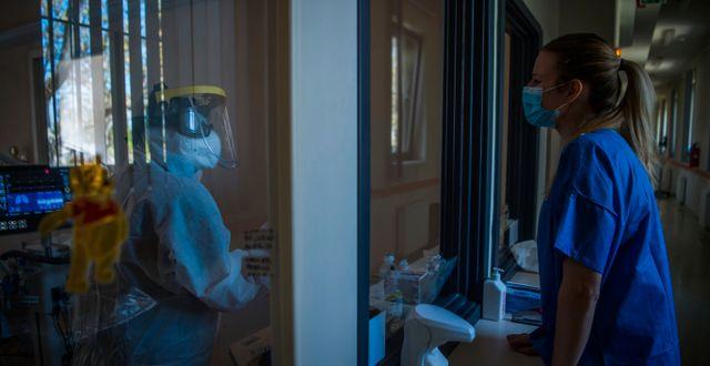 Läkare och sjuksköterska på ett sjukhus i Budapest.  Zoltan Balogh / TT NYHETSBYRÅN