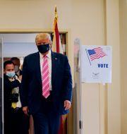 Donald Trump vid biblioteket där han förtidsröstade.  Evan Vucci / TT NYHETSBYRÅN