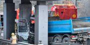 En person dog när en lastbil körde in i en bro. Henrik Montgomery/TT / TT NYHETSBYRÅN