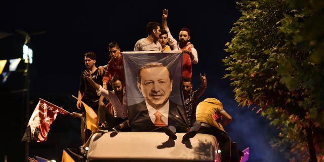 Erdogan-anhängare i Istanbul 24 juni.  ARIS MESSINIS / AFP