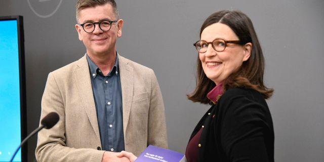 Utbildningsminister Anna Ekström (S) när hon tog emot betänkandet från särskilda utredaren Lars Arrhenius. Marko Säävälä/TT / TT NYHETSBYRÅN