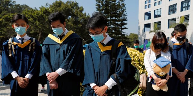 Studenter sörjer Chow Tsz-lok. TYRONE SIU / TT NYHETSBYRÅN