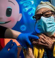 En kvinna i Tel Aviv i Israel får vaccin mot covid-19.  Oded Balilty / TT NYHETSBYRÅN