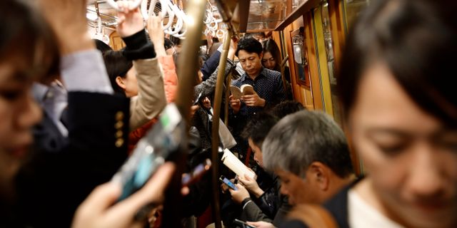 Pendlare i Tokyo, arkivbild. Christophe Ena / TT NYHETSBYRÅN